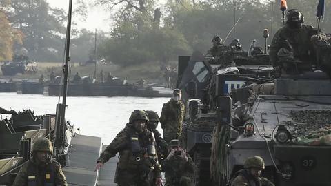Bundeswehr setzt mit Panzern und Soldaten über die Elbe