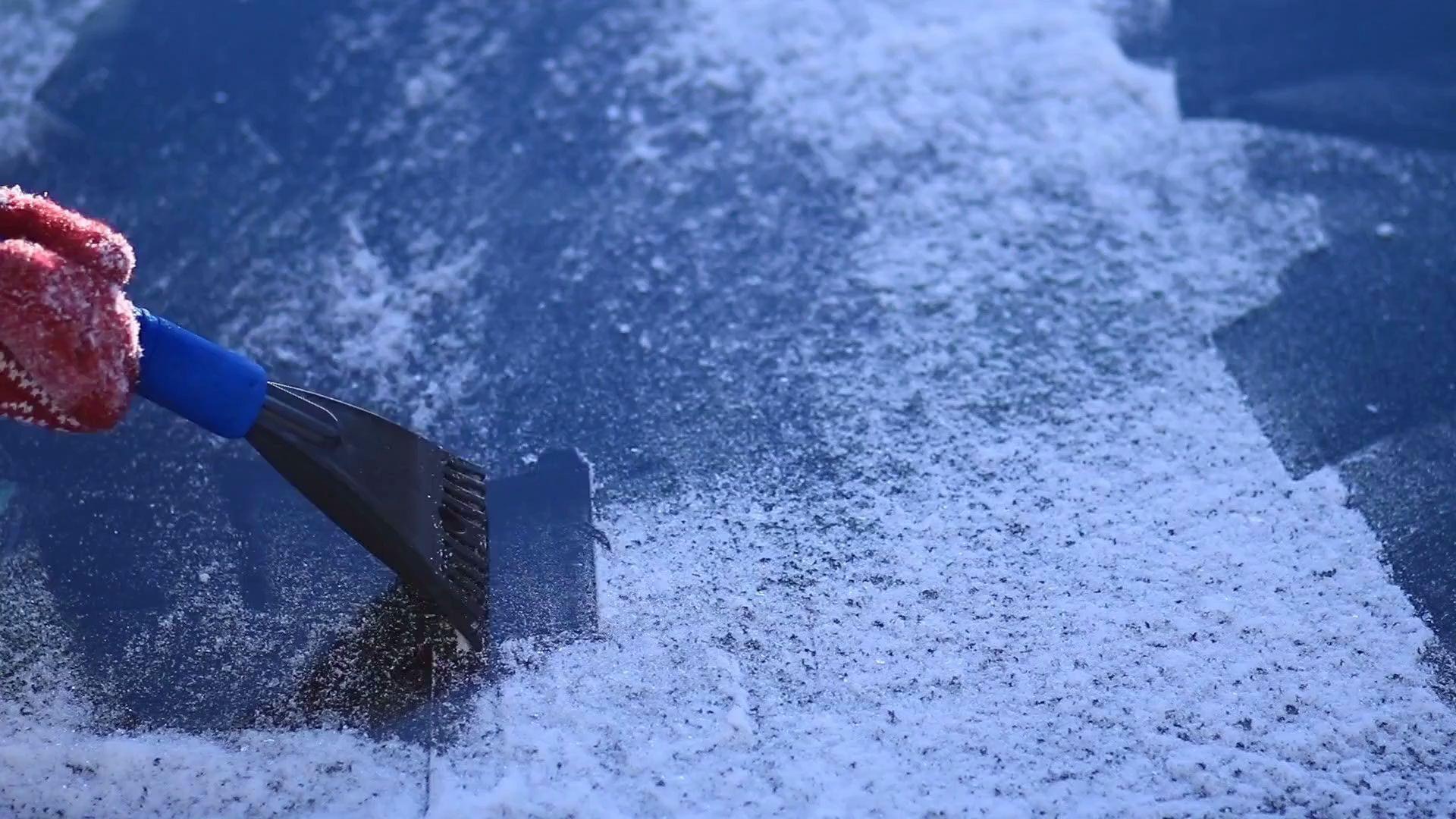Diese Strafe droht beim Eiskratzen mit laufendem Motor