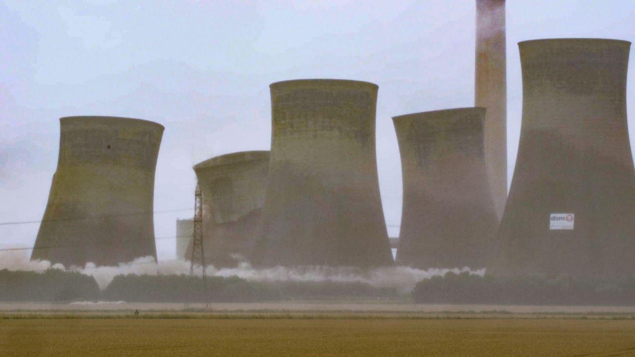 Video |11.000 Tonnen Stahlbeton: Vier Kühltürme in Nordengland spektakulär gesprengt