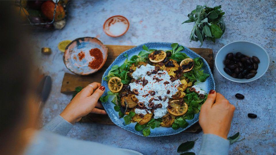 Knusprige Ofenkartoffeln mit Feta-Zitronendip - vegetarisch