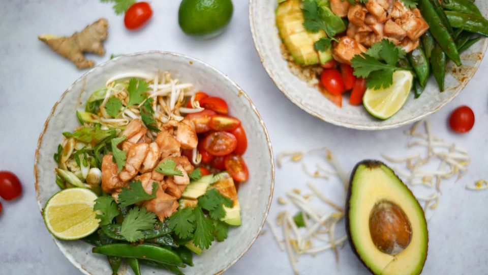 Quinoa-Lachs Bowl - gesund und proteinreich - im Videorezept
