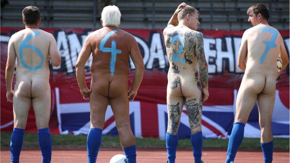 Deutsche Fußballer nackt auf dem Platz als Protest-Aktion