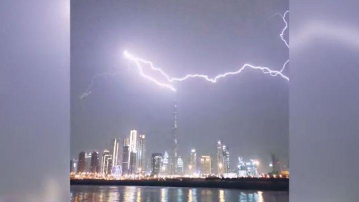 Unglaubliche Aufnahmen: Burj Khalifa wird von Blitz getroffen
